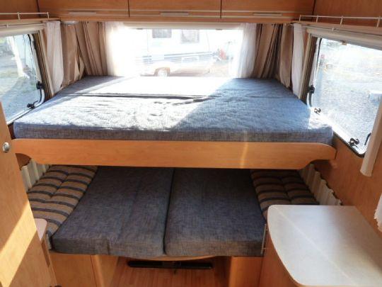 Bettenaufbau oberhalb der Sitzgruppe - WasserCamper Motorkatamaran Speedy XL 833 mit Sterckeman Wohnwagen Starlett 370.