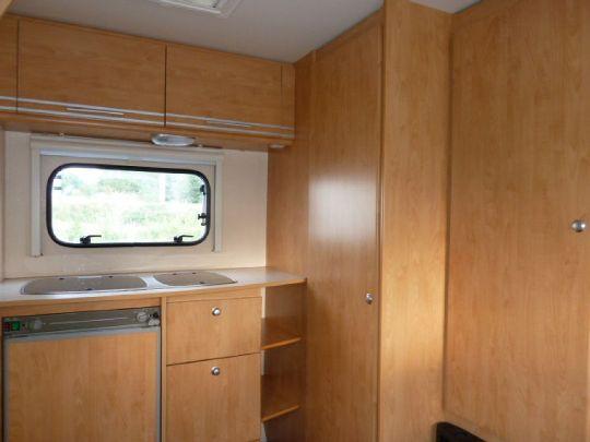 Möbelfronten im Bereich Küche und Sanitär - WasserCamper Motorkatamaran Speedy XL 833 mit Sterckeman Wohnwagen Starlett 370.