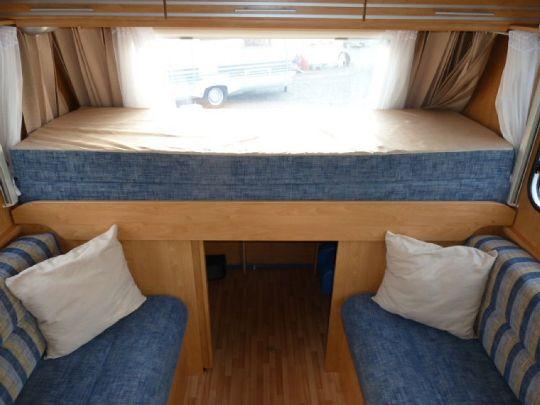 Staukasten im Wohnwagenheck - WasserCamper Motorkatamaran Speedy XL 833 mit Sterckeman Wohnwagen Starlett 370.