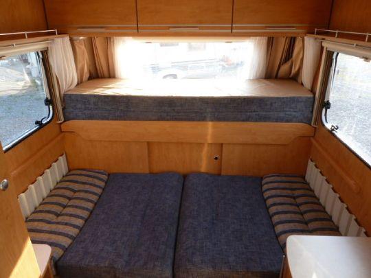 Sitzgruppe zum Bett umgebaut - WasserCamper Motorkatamaran Speedy XL 833 mit Sterckeman Wohnwagen Starlett 370.