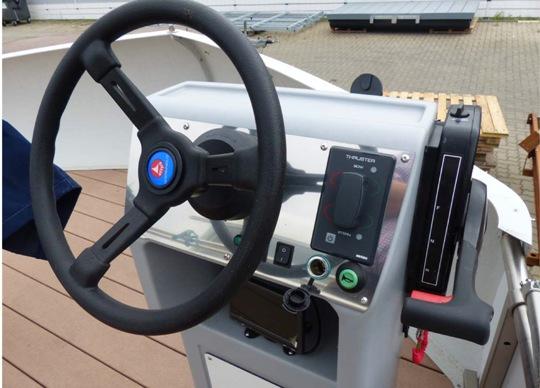 Steuerstand - WasserCamper Motorkatamaran Speedy XL 833 mit Sterckeman Wohnwagen Starlett 370