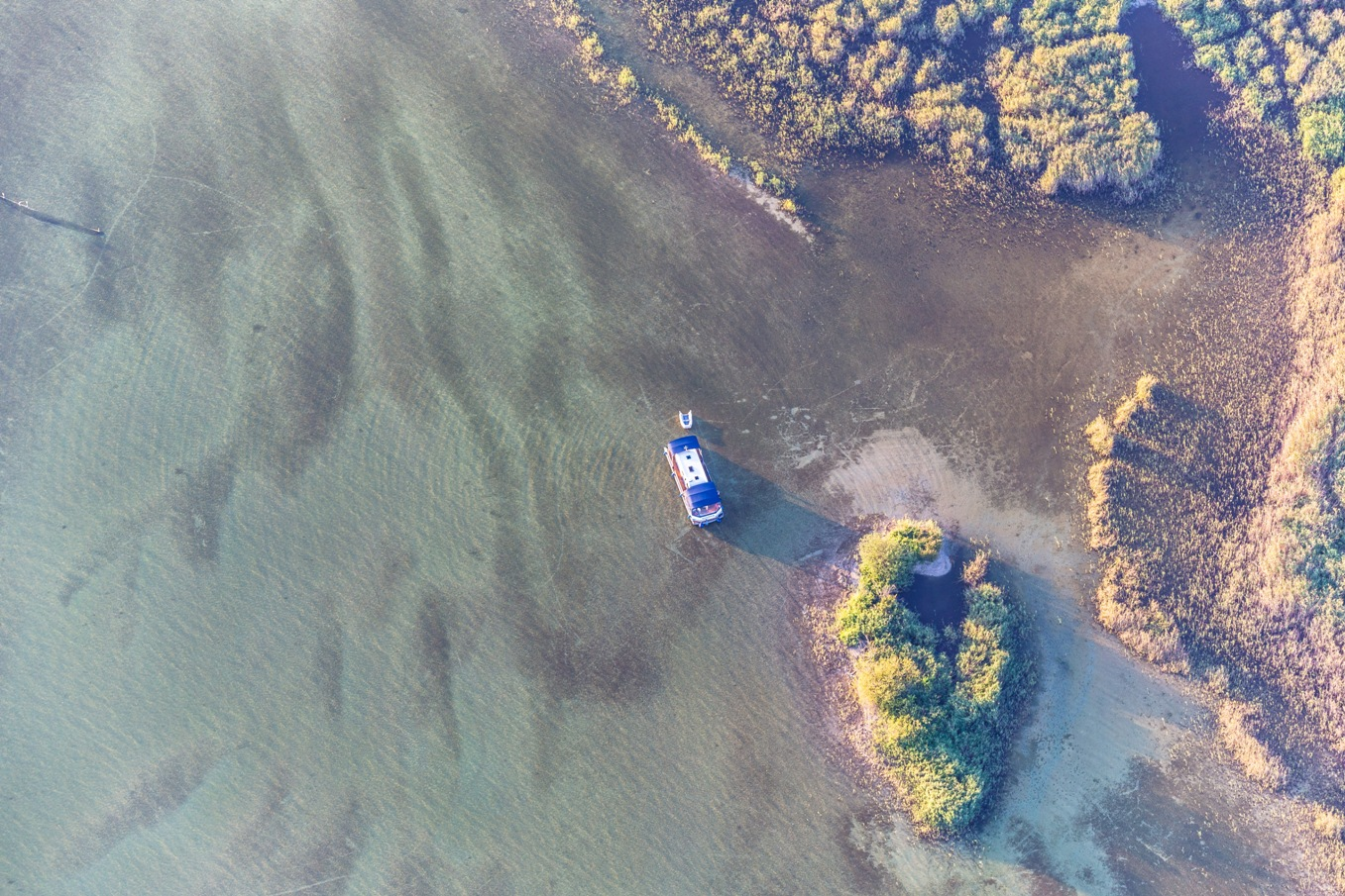Luftbildaufnahme eines unserer WasserCamper mit Hobby deLuxe Wohnwagen auf der Müritz