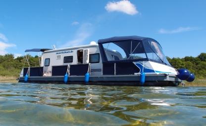 Camping auf dem Wasser mit fest installiertem Wohnwagen