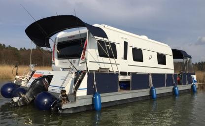 Camping auf dem Wasser mit dem eigenen Wohnwagen