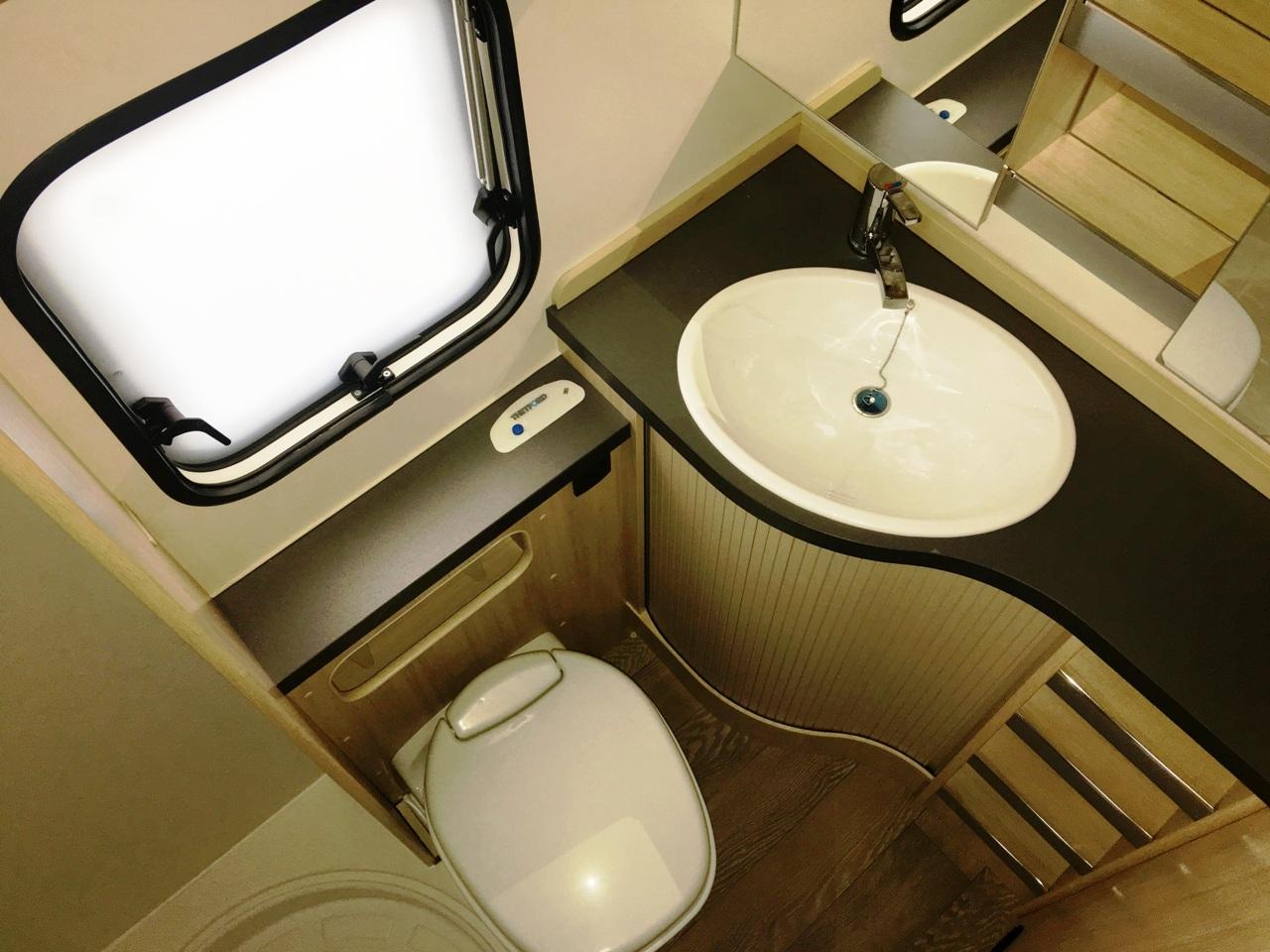 Wassercamper | Der geräumige Nassbereich mit separater Dusche im Wohnwagen | Camping auf dem Wasser