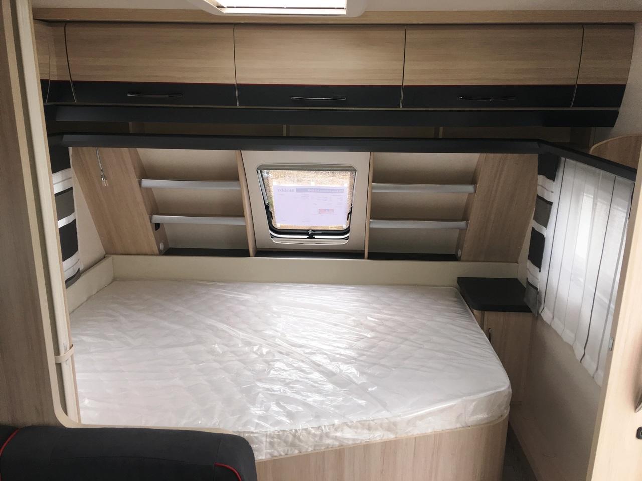 Wassercamper | Das feste Doppelbett im vorderen Bereich des Wohnwagen | Camping auf dem Wasser