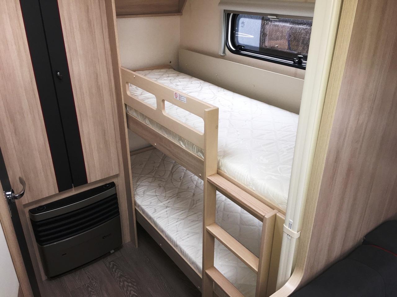Wassercamper | Die Stockbetten im hinteren Bereich des Wohnwagen | Camping auf dem Wasser